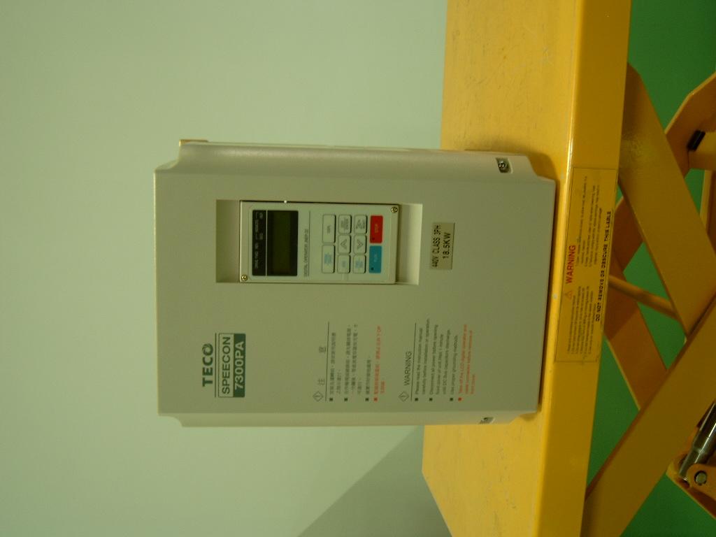 7300PA变频器产品特性 1. 对话式LCD操作器,具有多国语言设定及参数拷贝功能(LED操作器:option)。 2. 输入端子可选择SINK或SOURCE界面方式。 3. 具有自动节能(AES)功能,对应不同负载,可自动调整输出电压,使马达负载电流为最小。 4. 具有输出输入欠相及短路保护机能。 5.