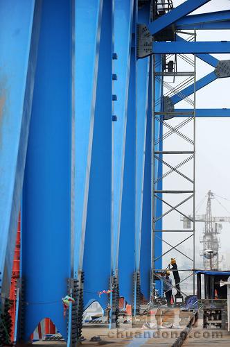 钢结构公司一线施工人员在合肥南环线钢桁梁柔性拱特